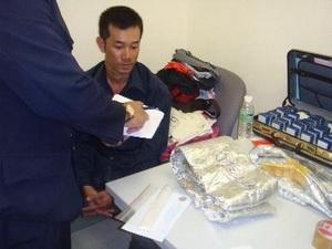 Tối 21/5, tại sân bay Tân Sơn Nhất, Cục Hải quan TP.HCM phát hiện 12 bánh heroin trong 2 valy của P.T.D và P.T.T.Q (quốc tịch Australia). (Ảnh: TTXVN phát)