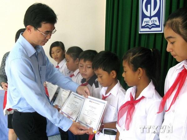 Trao học bổng hỗ trợ các con em ngư dân vượt khó học giỏi