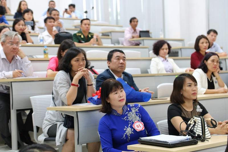Đông đảo các thí sinh, học viên tham dự và chăm chú theo dõi các tiết thao giảng của Hội thi