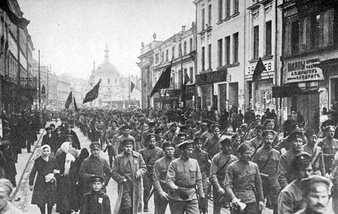Người dân và lực lượng khởi nghĩa diễu hành tại Saint Peterburg chúc mừng thành công của cuộc Cách mạng ngày 7-11-1917.