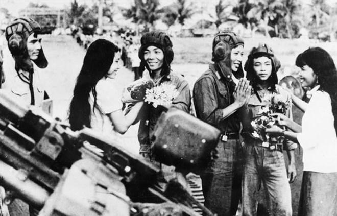Sáng 2/5/1983, người dân thủ đô Phnom Penh lưu luyến tiễn đưa cán bộ, chiến sĩ Quân đoàn 4-Binh đoàn Cửu Long quân tình nguyện Việt Nam hoàn thành nghĩa vụ quốc tế, lên đường về nước. (Nguồn: TTXVN)