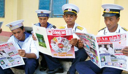Báo CAND và Chuyên đề ANTG đến với chiến sĩ quần đảo Trường Sa.