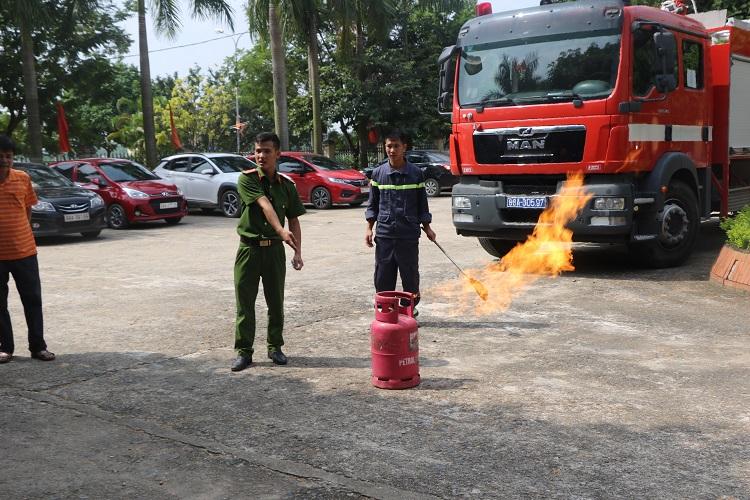 Công an Tam Đảo tập huấn nghiệp vụ phòng cháy, chữa cháy cho các cơ sở kinh doanh lưu trú, karaoke, dịch vụ cầm đồ