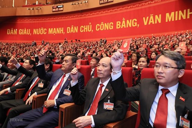 Các đại biểu biểu quyết thông qua Chương trình làm việc của Đại hội tại phiên họp trù bị Đại hội XIII, sáng 25/1. (Nguồn: TTXVN)