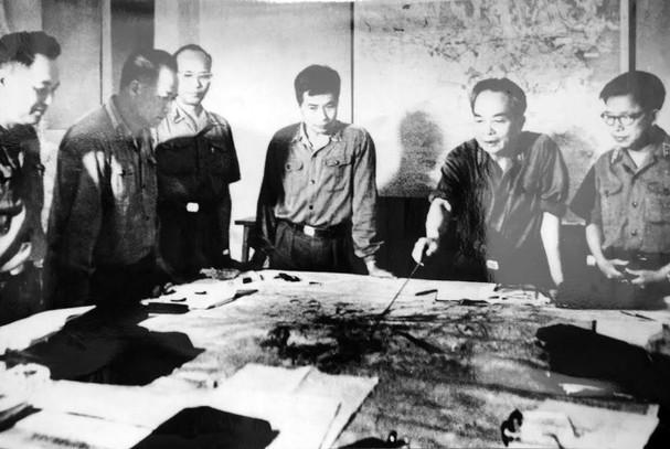 Các cán bộ của quân ủy trung ương theo dõi diễn biến chiến dịch Hồ Chí Minh, tháng 4/1975. (Ảnh tư liệu)