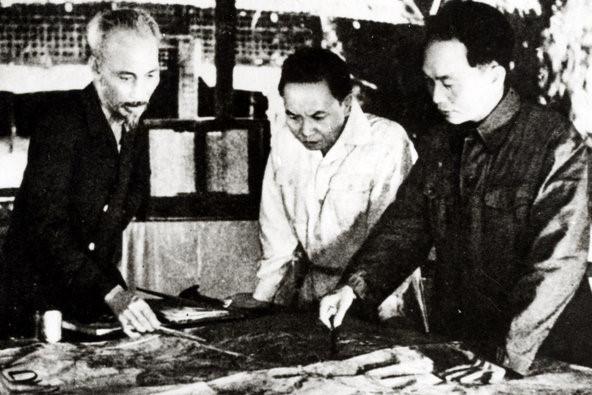 Thường vụ Trung ương Đảng quyết định mở chiến dịch Điện Biên Phủ. Đây là trận đánh lớn nhất diễn ra tại lòng chảo Mường Thanh, Điện Biên, tỉnh Lai Châu, từ ngày 13-3 đến 7-5-1954 và cũng là chiến thắng quân sự lớn nhất trong cuộc kháng chiến chống Pháp (1945 – 1954) của quân và dân Việt Nam. Ảnh: Reuters