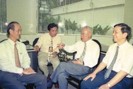 Nhà báo Trần Bạch Đằng (thứ hai từ bên phải) trao đổi nghiệp vụ với đồng nghiệp tại tòa soạn Báo Tuổi Trẻ,  ngày 15/7/1996. Ảnh:TL