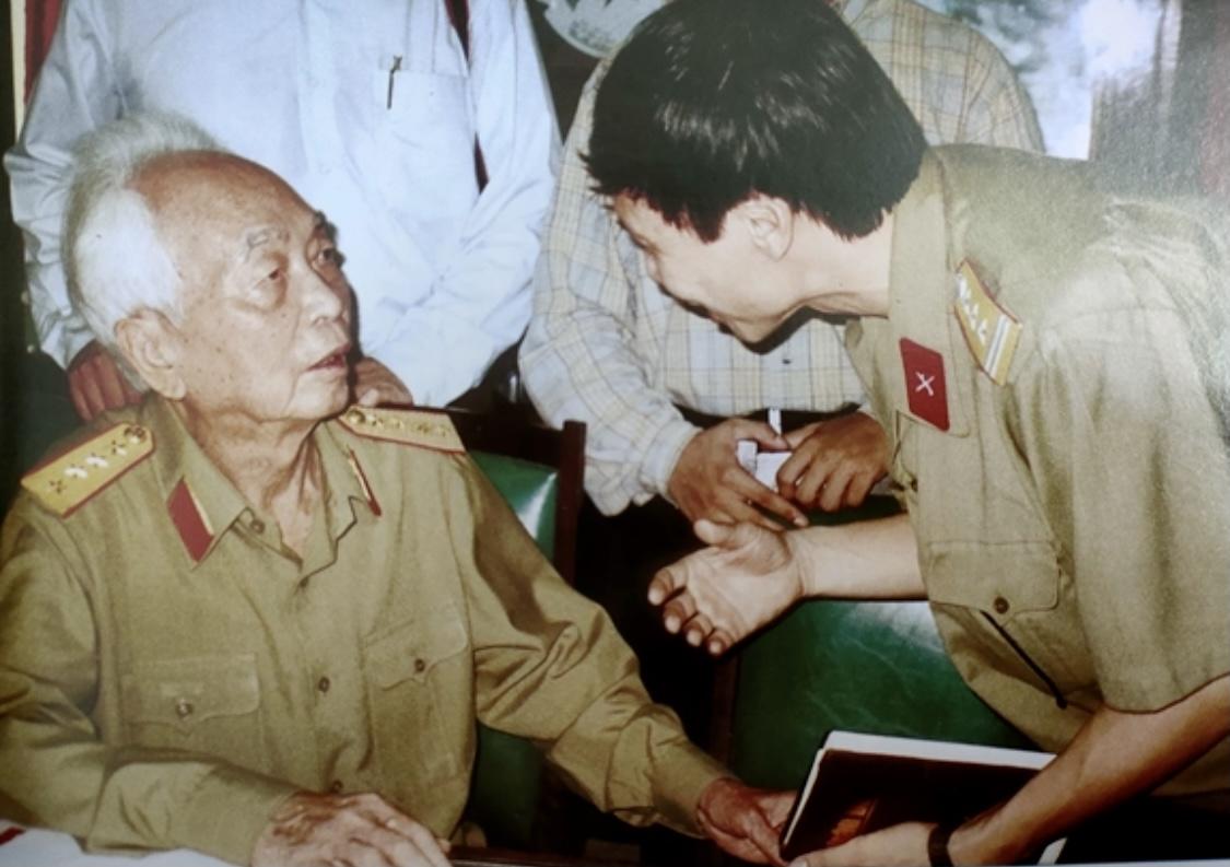 """Đại tướng Võ Nguyên Giáp căn dặn: """" Làm báo như đánh trận. Thời điểm ra báo rất quan trọng"""" . Ảnh: Trần Hồng"""