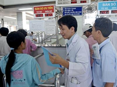 Phát thuốc BHYT tại Bệnh viện Chợ Rẫy. Ảnh: TTXVN